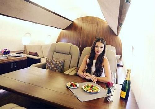 Influenceurs à bord d'un jet privé