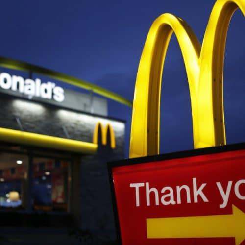 McDonald's : les salariés devront ramasser les déchets jetés dans la rue !