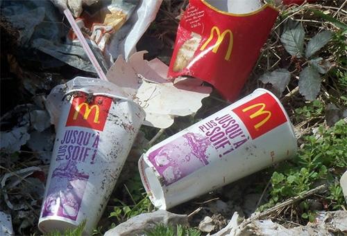 McDonald's : les salariés devront ramasser les déchets jetés